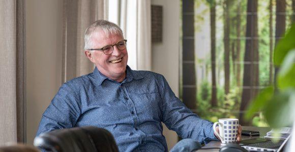 Door van een functie binnen de overheid over te stappen naar een zorgorganisatie, ervaart Andries Vinke meer werkgeluk.